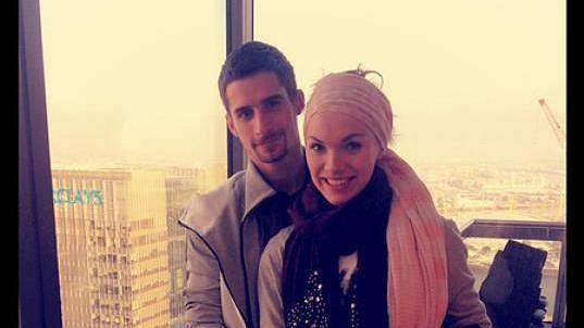 Kamila Nývltová s přítelem v Londýně.