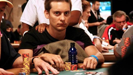 Představitel Spidermana Tobey Maguire je vášnivým hráčem pokeru.