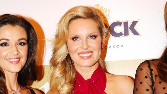 Simona Krainová předvedla opět své bujné poprsí.