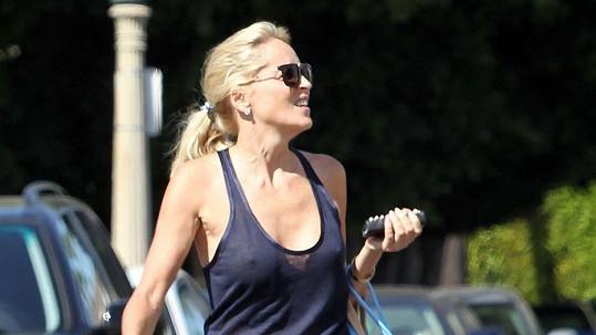 Sharon Stone podprsenku nepotřebuje.