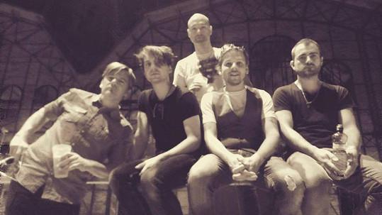 Michal Hrůza (vlevo) s kapelou po včerejším koncertu v Ostravě