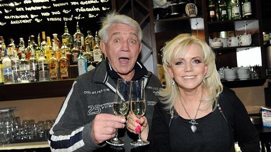 Jiří a Hana Krampolovi na oslavě narozenin. Herec měl špičkovou náladu.