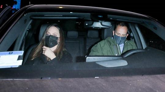 Angelina Jolie zašla na večeři s bývalým manželem Jonnym Leem Millerem.