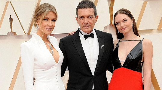 Antonio Banderas s partnerkou Nicole Kimpel a dcerou Stellou (vpravo)