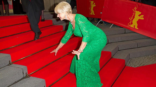 Helen Mirren své klopýtnutí na schodech nakonec ustála.