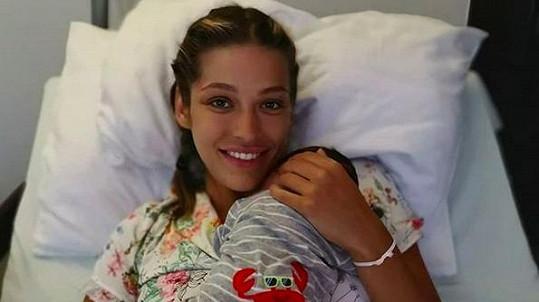 Foto se synem Sanelem ještě z porodnice.