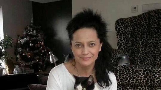 Lucka Bílá v obležení kočiček