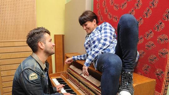 Marta Jandová se umí před Markem Ztraceným pěkně rozvalit na pianě.