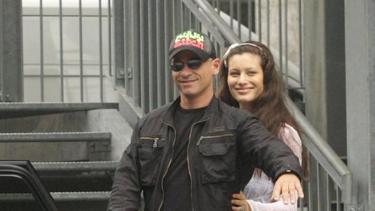 Šťastný Eros Ramazzotti s přítelkyní a dcerou opouští nemocnici.
