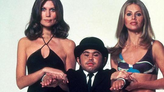Hervé Villechaize s Maud Adams a Britt Ekland v bondovce Muž se zlatou zbraní...