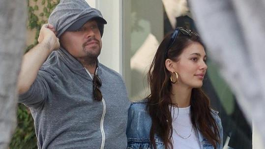 Leonardo a Camila tvoří zamilovaný pár.
