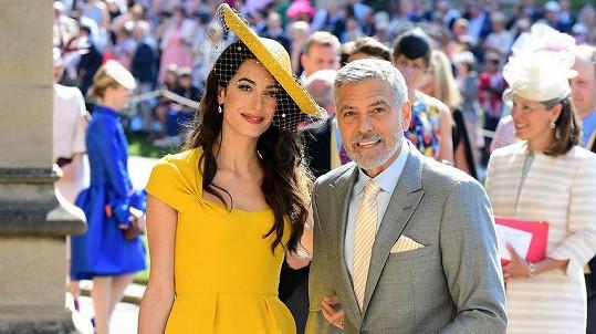 Amal Clooney vypadala na svatbě Harryho a Meghan fantasticky.