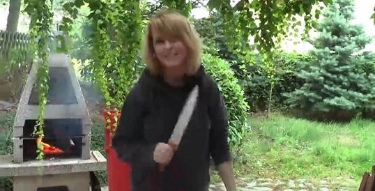 Na sajrajt se musí se smetákem? Iveta Bartošová vymetla ze své vily Rychtářem nasazené kumpány