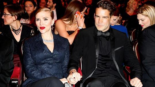 Snoubencům Scarlett Johansson a Romainu Dauriacovi se má narodil potomek.