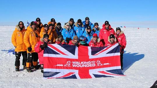 Princ Harry (dole první zleva) došel až na jižní pól se skupinou mužů a žen, sloužících v armádách Velké Británie a USA.