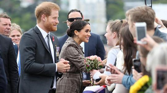 Na Harryho a Meghan čekaly davy lidí i ve Wellingtonu.