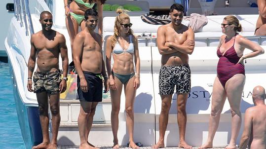 Doutzen Kroes nemůže ve svalech konkurovat ani její manžel Sunnery James (vlevo).