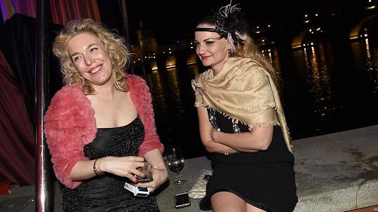 Dcera Dagmar Havlové Nina (vlevo) na večírku ve stylu 20. a 30. let