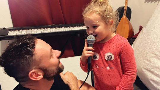Michael Foret s dcerou v nahrávacím studiu