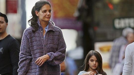 Katie v tlustém svetru a Suri jen v lehkých šatičkách.