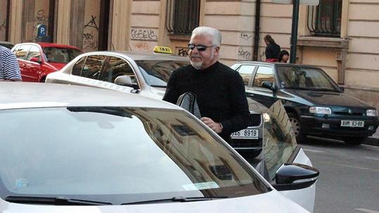 Milan Drobný vystupuje ze svého vozu, který zaparkoval v modré zóně.