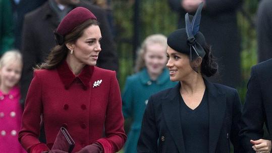 Kate (vlevo) a Meghan našly společnou řeč. Minimálně po cestě na ranní mši.