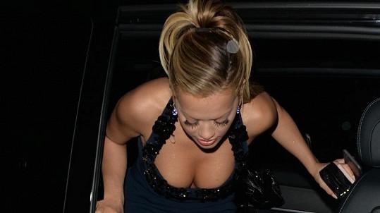 Rita Ora v odvážném outfitu na premiéře Padesáti odstínů temnoty