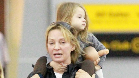 Uma Thurman s dcerou na letišti v New Yorku