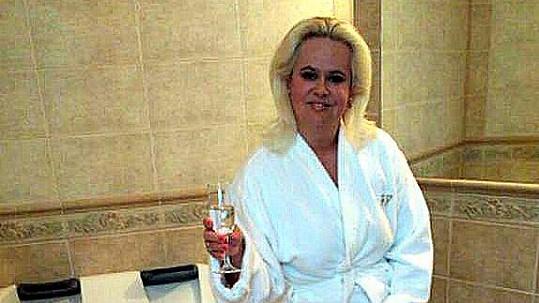 Monika Štiková v župánku. Bude hvězdou pánských nočních snů?