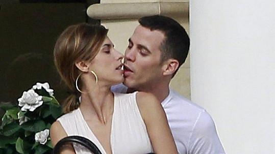 Vášnivé polibky Elisabetty Canalis a Stevea-O.