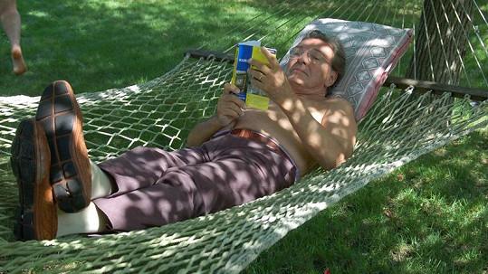 Karel Gott při relaxu na zahradě.