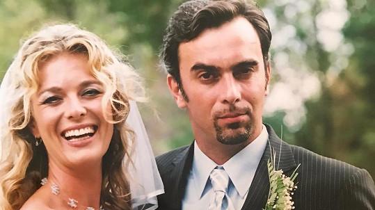 Lucie Benešová a Tomáš Matonoha na svatební fotce
