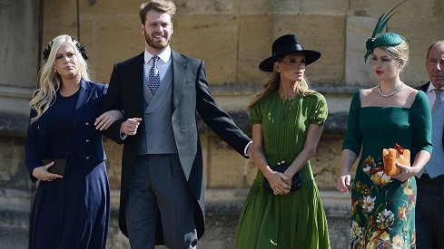 Louis Spencer přišel na svatbu s matkou a sestrami.