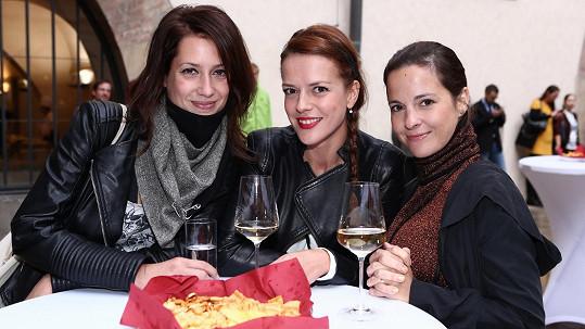 Lenka Zahradnická, Andrea Kerestešová a Kristýna Janáčková se sešly na výstavě.