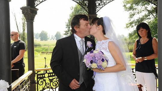 Pavel Trávníček s manželkou Monikou čekají miminko.