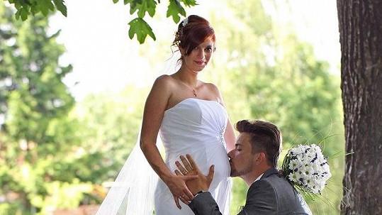 Tomáš a Kamila na své krásné svatební fotce.