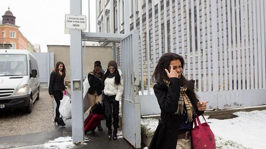Exotické krásky při příchodu do ženské věznice v Opavě.