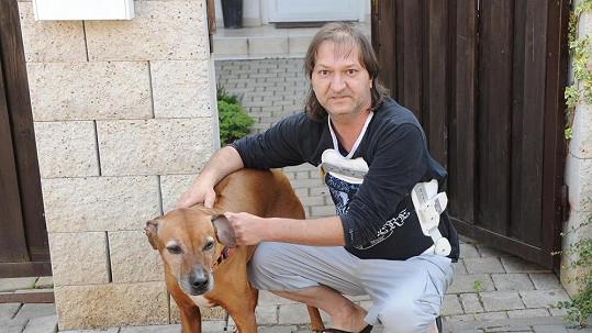 Zvukař Standa s druhým věrným pejsánkem Ivety Bartošové Gejšou