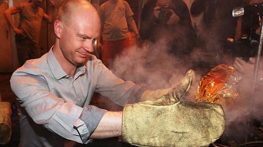 Jan Budař si vyzkoušel sklářské řemeslo.