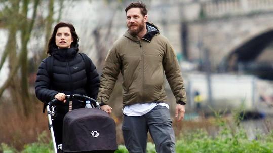 Tom Hardy s manželkou Charlotte a jejich miminkem