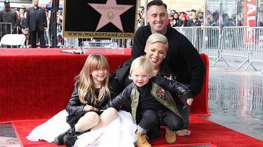 Pink se pochlubila rodinou.