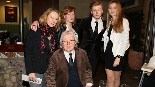 Adam Mišík s rodinou na premiéře filmu Muzikál aneb Cesty ke štěstí