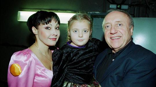 Dáda Patrasová s dcerou Aničkou a manželem Felixem v roce 2001