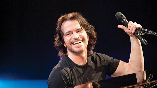 Yanni je nejen velmi talentovaný, ale také velký krasavec.