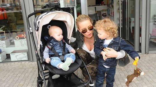 Simona Krainová se syny Maxem a Brunem.