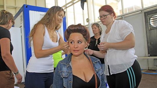 Jitka Čvančarová zkoušela paruku, ale dekolt ukázala též.