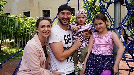 Charlotte Doubravová s Přemkem Pálkem a dcerami Sofií a Bibien