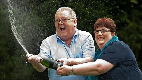 Manželé Weirovi oslavují svou výhru.