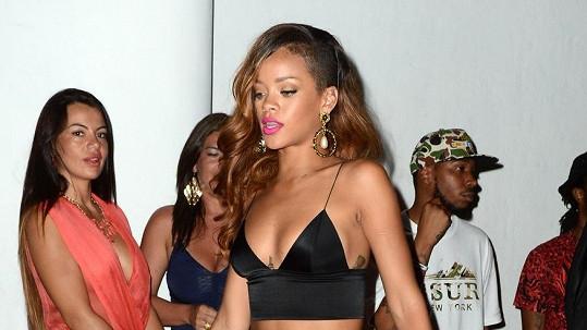 Rihanna opouští noční podnik.