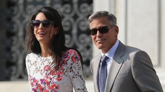 Zamilovaní Amal a George se drželi jako klíšťata.
